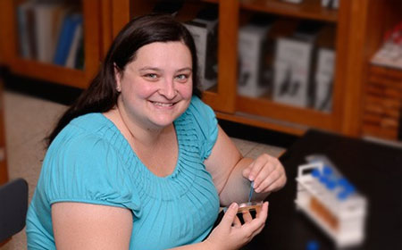 Sarah Mordan-McCombs '03 works in her laboratory. (Photo from Franklin College)